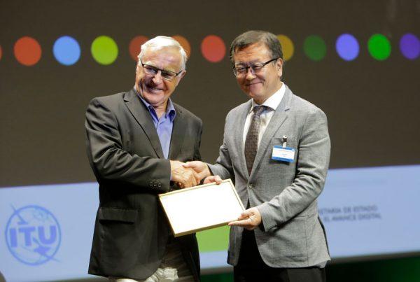 Joan Ribó, alcalde de València, rep el premi de la U4SSC de Chaesub Lee de la ITU